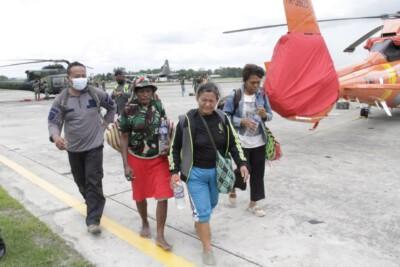 Personel TNI Evakuasi Tiga Orang Pengungsi Kiwirok